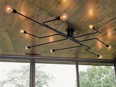 Lámpara con tuberias y bombillas decorativas