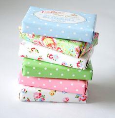 ideia para embalar os sabonetes artesanais em papel scrap