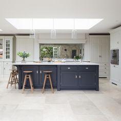 Choosing Your New Kitchen Cabinets Open Plan Kitchen Diner, Open Plan Kitchen Living Room, Kitchen Dining Living, Kitchen Family Rooms, Home Decor Kitchen, Interior Design Kitchen, New Kitchen, Home Kitchens, White Kitchen Floor