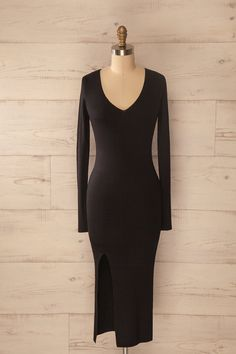 Modestie rime souvent avec élégance.  Modesty often rhymes with elegance. Black ribbed knit fitted midi dress www.1861.ca