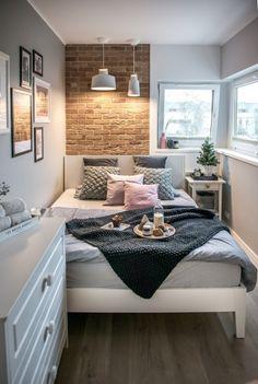 Sypialnia jest bardzo mała, ale funkcjonalnie urządzona. Przy jednej ścianie ustawione jest łóżko o bardzo prostej formie i w białym kolorze. Podkreśla nieco skandynawski charakter, jaki wprowadzono do pokoju nocnego.