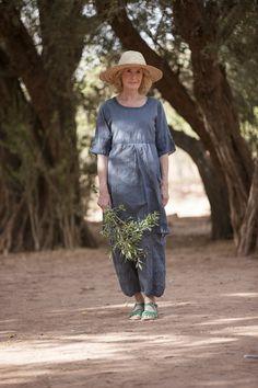 Gudrun Sjödéns Sommerkollektion 2015 - Feminines Kleid aus Baumwoll-Dobby mit hübsch bestickten Ärmeln und aufgenähten Zierbändern.