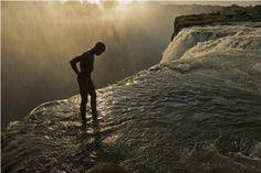 A 108 metros de altura, en las Cataratas Victoria, yace un nadador que se encuentra en el borde de una piscina oculta de 2 metros de profundidad.