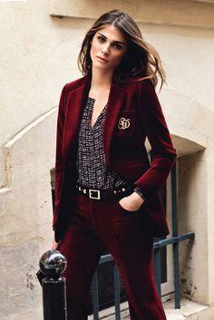 El estilo de Elisa Sednaoui en 25 looks: comparto esta fotografía porque creo que los colores están muy bien tratados, a nivel fotográfico. En cuanto a la ropa, sí, también. Dulce granate... cereza... ¡como queráis llamarlo!