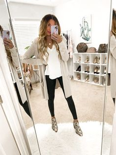 Casual Leggings Outfit, Booties Outfit, White Tshirt Outfit, Leather Leggings Outfit, Spanx Faux Leather Leggings, Fall Leggings, Outfit Ideas With Leggings, Cute Legging Outfits, Printed Leggings Outfit