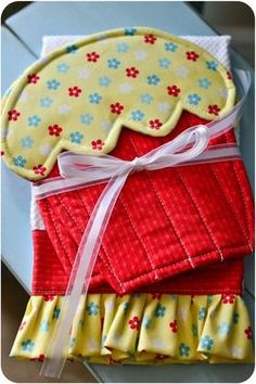 Etsy-Hand made hot-pads shaped like cupcakes with a matching ruffled hand towel! Slip your hand underneath the frosting to use the hot-pads. Hot Pads, Dish Towels, Hand Towels, Tea Towels, Quilting Projects, Sewing Projects, Fabric Crafts, Sewing Crafts, Little Presents