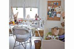 escritorio con caballetes y cama hecha sillón....corcho y detalles en patinado :D