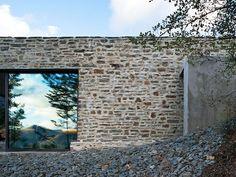 Muro da casa com reflexo da paisagem