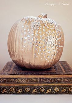 Pumpkin is characteristic decoration for Halloween. With pumpkin you can make different awesome characters, cheerful characters, but can serve also as a Holidays Halloween, Halloween Crafts, Halloween Decorations, Classy Halloween, Wedding Decorations, Diy Pumpkin, Pumpkin Carving, Pumpkin Ideas, Gold Pumpkin