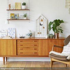 Ein echter Hingucker ist dieses Sideboard im Stil der 60er-Jahre. Kombiniert mit einem Retro-Sessel und passenden Dekoobjekten verleiht es dem Zimmer einen  …
