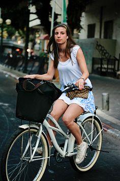 girls and bikes Beach Cruiser Bikes, Female Cyclist, Cycle Chic, Bicycle Girl, Bike Style, Bike Art, Cycling, Street Style, Riding Bikes