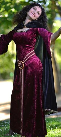 """Surpriseeeeeee"" This is my Mother Gothel Cosplay from Tangled (Disney), I hope you love it as much as I do! Photoshoot by Mother Gothel Cosplay Disney Cosplay, Anime Cosplay, Disney Costumes, Cool Costumes, Tangled Cosplay, Adult Costumes, Costume Carnaval, Hallowen Costume, Halloween Kostüm"