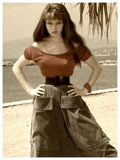Brigitte Bardot jeune annees 50 taille de guepe ceinture top rouge jupe kaki