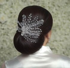 A beautiful hairpiece is a must haves for today's weddings. You can never go wrong with a simple, yet glam hairpiece like this beauty!😍 Hairpiece by Sarai Bridal Bridal Hairpiece, Princess Tiara, Wedding Hair Pieces, Bride Hairstyles, Hair Pins, Veil, Weddings, Hair Styles, Simple