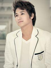 Hình ảnh ca sĩ Chu Bin lãng mạn với khuôn mặt điển trai, tự nhiên cùng với tông màu trắng sang trọng, nhã nhặn