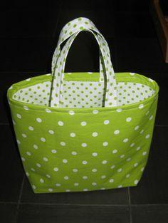 1. Stryker fast mellanlägget på baksidan av det vita bomullstyget med gröna prickar som blir foder i väskan. Obs, se till att rätt sida av...