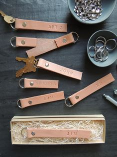 nice DIY Monogrammed Leather Key Ring tutorial Read More by monsterscircus.Monogrammed Leather Key Rings from The Every GirlMonogrammed Leather Key Rings from The Every GirlChecking friends and family off your holiday shopping list can be quite a fea Mens Leather Accessories, Leather Jewelry, Leather Craft, Men's Leather, Diy Leather Gifts, Diy Leather Monogram, Diy Leather Projects, Leather Diy Crafts, Diy Monogramm