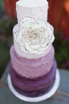 ombre wedding cake without flower but the fading colour is nice