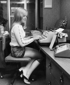 Flirting, smoking and VERY short skirts: Photos of secretaries from the Thirties to the Swinging Sixties reveal office culture of decades past 60s And 70s Fashion, Retro Fashion, Vintage Fashion, Gothic Fashion, Gossip Girl, Vintage Boots, Vintage Outfits, Lauren Hutton, Pc Photo