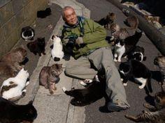 田代島でネコに囲まれる岩合さん