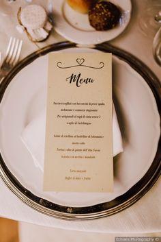 Presentazione del menù di nozze nel piatto #matrimonio #nozze #sposi #sposa #centrotavola #candelabri #ricevimento #miseenplace #tovagliato #wedding #weddingdecoration #menu #weddingmenu