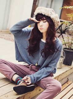 Casual pants and baggy long shirt with interesting hat, casual but fashionable