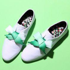 グラデ幅広仕様の靴ひも、めちゃ可愛いんですけど! これはイイなぁ・・・。予約受付が4/21まで、と。  アディダス オリジナルス adidas Originals atmos RELACE LOW W FLW(WHITE/GREEN)