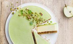Cheesecake med pære, pistaciebund og limegelé : En skøn cheesecake med lækker pistaciebund og en frisk smag af pære og lime. - Se de lækre opskrifter fra Dr. Oetker.