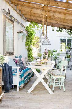 Romantisk uteplass. Porch Swing, Outdoor Furniture, Outdoor Decor, Terrace, Garden Design, Entryway, Home And Garden, Gardening, Exterior