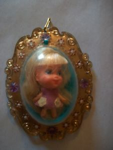 oh my goodness I remember my Polly Pocket.. she smelled like lilacs and I loved her so much. Wish I still had mine.