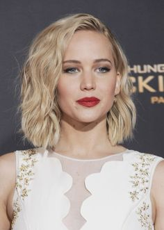 Jennifer Lawrence wears wavy shoulder-length hairstyle. Photo: Tinseltown / Shutterstock.com