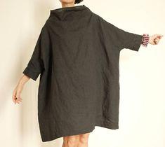 ho realizzato questa tunica grigio antracite utilizzando un lino di ottima qualità. è una tunica che si puo`indossare sia a gambe nude che con jeans o leggins. è una maxi tunica con un collo ad anello che si puo abbassare,e la manica a 3/4. ho realizzato questo vestito in lino pensando a