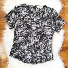 robbi & nikki keyhole short sleeve top EUC - No signs of wear or flaws. Front opening on upper chest and hook & eye closure on the back upper neck. Black and white splatter print throughout. Robbi & Nikki Tops Tees - Short Sleeve