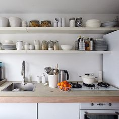 Choose a help-yourself kitchen - open storage makes everything easy to find! Get organisation tips and inspiration from Paula's monochrome home on #IKEAIDEAS (link in bio) #whitedecor #hometour #monochromedecor #interiors