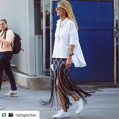 La mejor moda de NYFW se ve en las calles...el street style es lo que realmente nos inspira en el día a día. #NYFW #fashion #casual #streetstyle #FashionWeek Repost @netaporter with @repostapp. ・・・ #ProenzaSchouler's monochrome woven skirt is statement dressing at its best! Vice President of Global Buying @sarahrutson pairs the sensational piece with a #Tibi shirt and #CommonProjects sneakers. Steal her #style now at #NETAPORTER #SeeitLoveitBuyit #streetstyle by @theurbanspotter