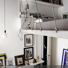 Das Gerüst eines Hochbetts nimmt oftmals den Platz weg, den man durch das Höherverlegen des Bettes eigentlich gewinnen wollte – nicht aber, wenn das hängende Hochbett mit Drahtseilen an der Decke befestigt ist. Die Drahtseile geben dem Schlafzimmer außerdem einen modernen Industrie-Chic.