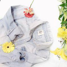 ¿En dónde usarían su #denimshirt? Nos encanta porque combina con todo ✨✨ btw, no se pierdan nuestra #specialweek (link en la bio) #fashion #blog