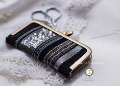 𝓔𝓽𝓼𝓾𝓴𝓸 𝓝𝓪𝓻𝓲𝓽𝓪 オートクチュール刺繍アートはInstagramを利用しています:「【がま口のニードルブック】 ペンケース同様、フラットながま口。小さな糸切りバサミ、縫針、まち針にピッタリサイズです🧵✂️ * eBookレシピ掲載、図案はPDFをダウンロード・プリントアウト可能です💡 * @tsunoda.shouten…」 Coin Purse, Purses, Wallet, Instagram, Handbags, Purse, Bags, Diy Wallet, Coin Purses
