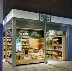 ESTUDIO ARCADIA Arquitectura │ Diseño - LA VIDA VERDE Supermarket Design, Retail Store Design, Bakery Design, Restaurant Design, Mini Store, Vegetable Shop, Food Graphic Design, Container Shop, Fruit Shop
