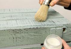 Como lograr efecto envejecido en muebles Cardboard Furniture, Hand Painted Furniture, Recycled Furniture, Paint Furniture, Shabby Chic Colors, Shabby Chic Decor, Diy Wood Stain, Shabby Chic Bedrooms, Vintage Wood