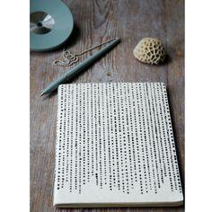 Anteckningsbok med 40 handgjorda pappersark i två färger. Inlaga av otroligt…