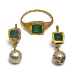 gold ring earrings Ring and earrings gold ring set with square and a mint green peridot intaglio and engraved with a fish pendant, a. Medieval Jewelry, Ancient Jewelry, Antique Jewelry, Gold Jewelry, Jewelry Accessories, Vintage Jewelry, Fine Jewelry, Jewelry Design, Jewelry Trends