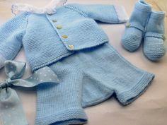 Conjunto de punto de jersey pantalón y patucos en azul bebé #knitting #handmade
