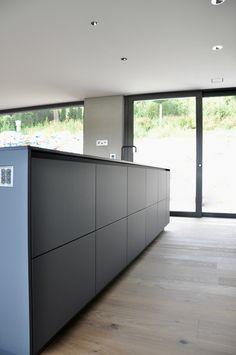 Fashion and Lifestyle Modern Kitchen Design, Modern Interior Design, Interior Design Living Room, Black Kitchens, Home Kitchens, Kitchen Modular, Eat In Kitchen, Kitchen Ideas, Sombre