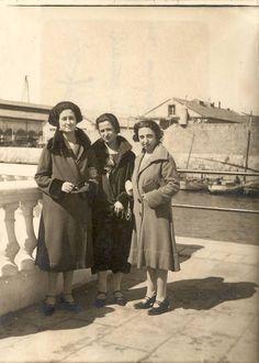 Victoria Rabay, Carmen Conde y Marina Cases, en el embarcadero cerca de la entrada a la S.E. de C.N.  Abril 1925