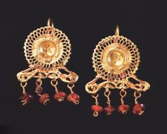 Orecchini in oro con corniola-Periodo romano II/III sec.d.C. Amman-Jordan ArcheologicalMuseum    Amman-Jordan Archaeological Museum-