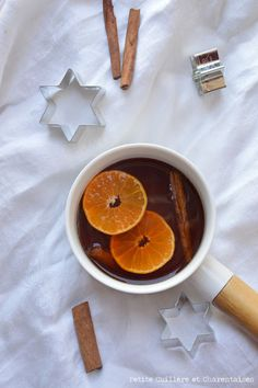 Cidre chaud // #recette #cidre Cousin, Outre, Smoothies, Voici, Hot Apple Cider, English People, Classic, Sleeve, Recipes