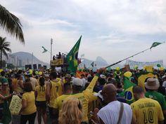RIO DE JANEIRO (RJ) -manifestantes GRITAM FORA PT, ESTAMPANDO faixasemprotesto.