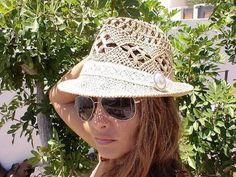 femmes avec chapeaux en paille -