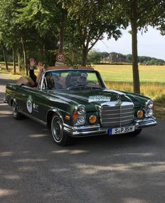 Ellen Lohr am Steuer eines Mercedes 280 SE 3.5 von 1971 bei der Hamburg-Berlin-Klassik 2017 Mercedes 280, Classic Cars, Berlin, Bmw, Vehicles, Antique Cars, Vintage Classic Cars, Hamburg, Pictures